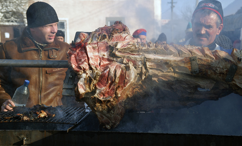 свиня на мангалі